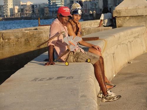 Pareja cubana en el Malecón habanero.