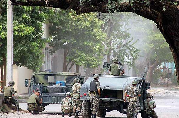 Soldados desplegados en Apatzingán, en el estado de Michoacán.