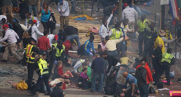 Escena del atentado terrorista durante el Maratón de Boston...