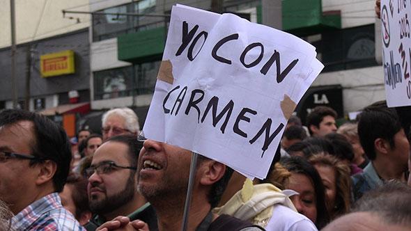 Manifestantes apoyan a Carmen Aristegui tras el despido de MVS.