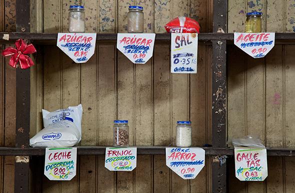 Venta de productos racionados en Cuba.