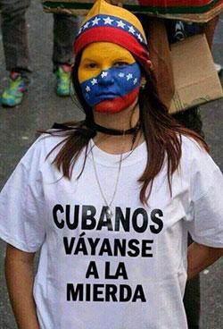 Joven venezolana protesta por la intervención cubana en su país.
