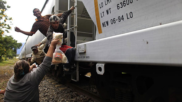 Las Patronas, mujeres que ayudan a los inmigrantes que pasan por México...