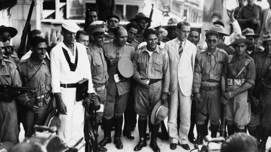 Fulgencio Batista al centro sombrero en mano, en 1933.
