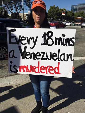Manifestante en contra de Nicolás Maduro en Los Angeles.