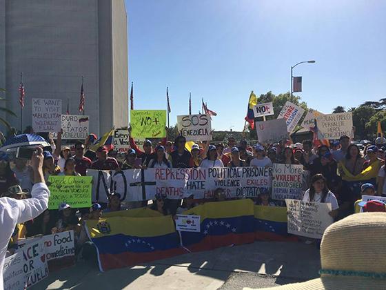Manifestantes venezolanos en Los Angeles