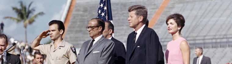 John F. Kennedy con miembros de la Brigada 2506