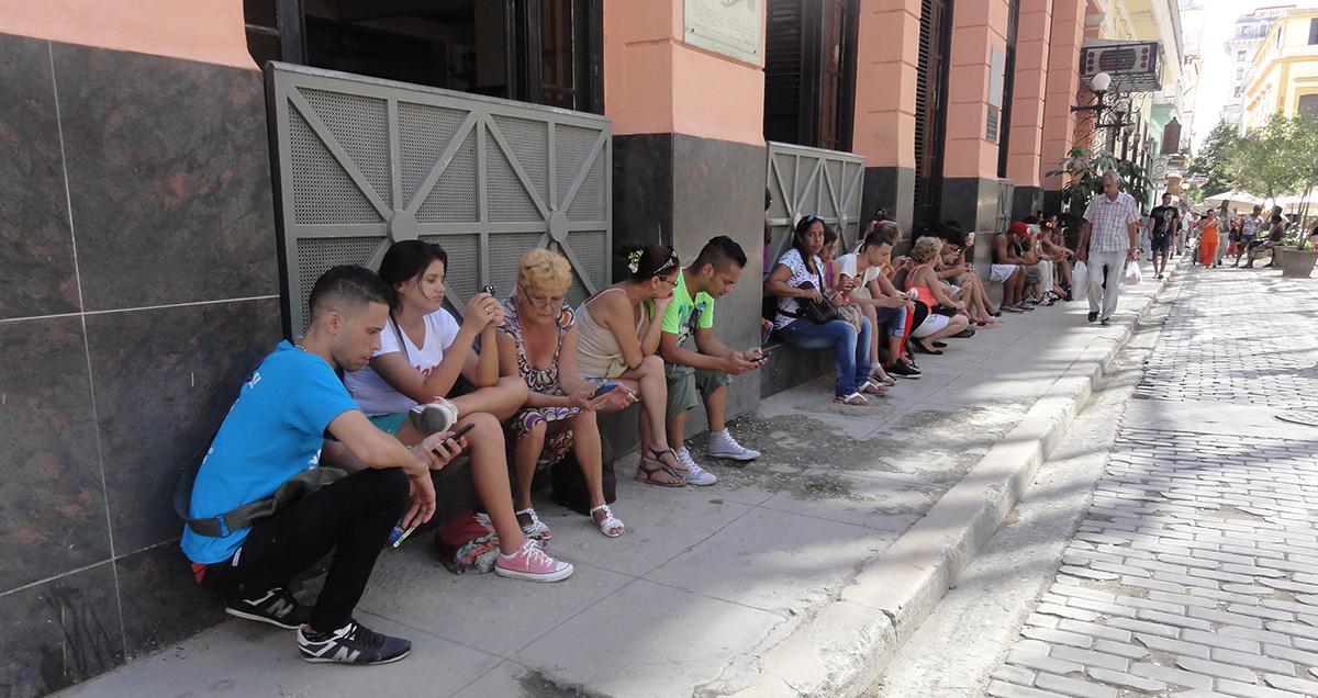 Cubanos en las calles de La Habana...