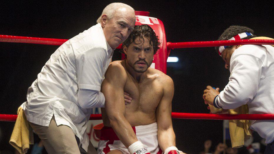 """Robert de Niro (Arcel) y Edgar Ramírez (Mano de Piedra) en una escena crucial de """"Hands of Stone""""."""
