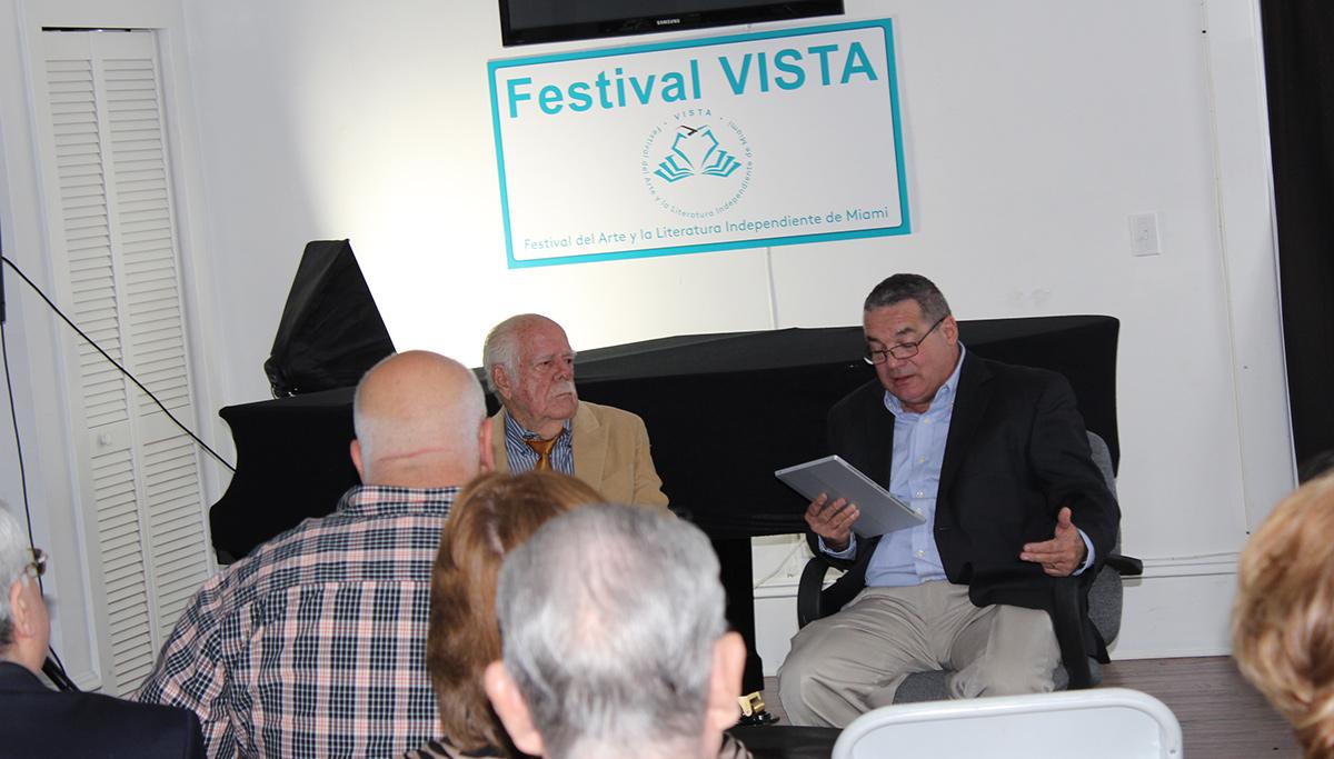 Luis de la Paz presenta al también escritor José Lorenzo Fuentes en el Festiva Vista de 2015.