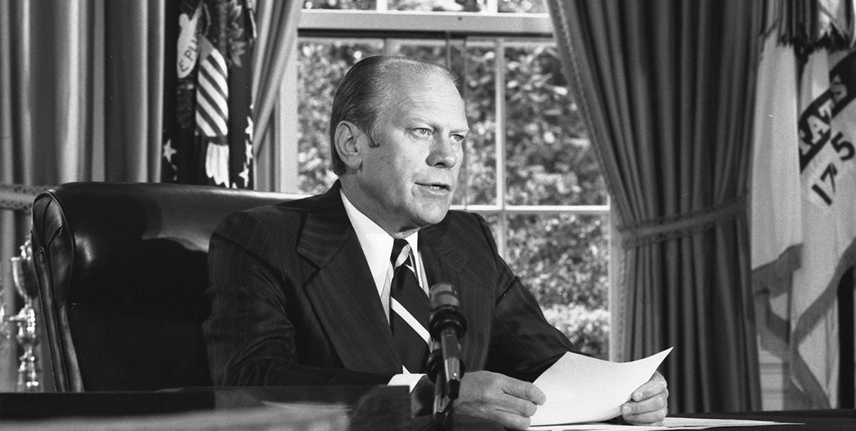 El presidente Gerald Ford anuncia el perdón a Richard Nixon en 1974.