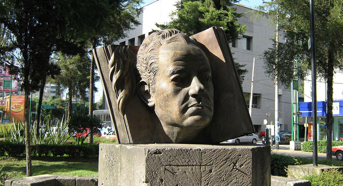 Busto de Juan Rulfo, autor de Pedro Páramo y otras obras...