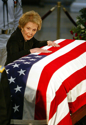 Nancy Reagan junto al ataud de Ronald Reagan